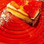 99329338 - デザートのいちごタルト 何故赤い皿に?いちごの赤が映えない。味は美味しい!