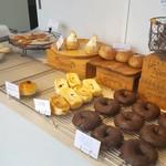 ブレッドラボ - こじんまりとしたところにたくさんのパンが並んでます