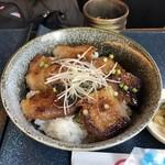 源喜屋 - 白金豚の味噌漬け焼丼 ¥690 :味が濃くて香ばしくご飯がすすむ