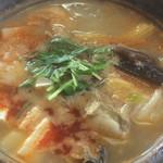 麻婆菜館 - 料理写真:上の部分がまだグツグツしている海鮮鍋は具がたっぷり。