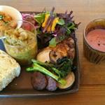 99339807 - 野菜たっぷりランチプレート「もりもり」1300円  パン
