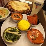 ネパール・インド料理 Happy - 3種のカレーセット税込1350円と+300円で変更できるチーズナン(カレーは、チキンとオクラカレー(日替わり)・豆カレー・ほうれん草とチキンのカレー、ドリンクはラッシーです♪)
