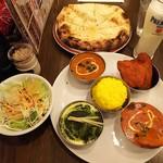 ネパール・インド料理 Happy - 3種のカレーセット税込1350円と+300円のチーズナン(チキンとオクラカレー(日替わり)・豆カレー・ほうれん草とチキンのカレー・ミニサラダ・タンドリーチキン・ミニライス・ソフトドリンクはラッシーに)