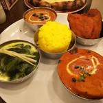 ネパール・インド料理 Happy - 3種のカレーセット税込1350円(チキンとオクラカレー(日替わり)・豆カレー・ほうれん草とチキンのカレー・ミニサラダ・タンドリーチキン・ナン・ミニライス・ソフトドリンク ※ナン・ライスおかわり自由)