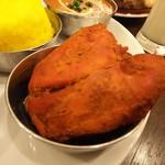 ネパール・インド料理 Happy - 3種のカレーセット(税込1350円)のタンドリーチキン♪