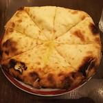 ネパール・インド料理 Happy - +300円で変更できるチーズナン♪とても大きくて、ピザのように8つにカットされています。生地がしっとりもっちりとしていて ほんのり甘く、中にはチーズがぎっしりで風味豊かで超美味しい♪ボリュームも満点☆