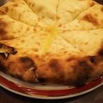 ネパール・インド料理 Happy - +300円で変更できるチーズナン♪生地がしっとりもっちり♪チーズがぎっしり練り込まれていて超美味しい♪