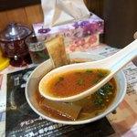 びいどろ - SCBHビーフホルモンそば(トマト味)1,000円…チリトマトのスープ