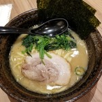 横浜家系ラーメン 銀家 - とんこつ醤油ラーメン(小盛) 710円