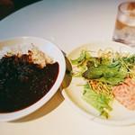 ARIA. C - 料理写真:★★★カレー 950円 カレー皿と同じサイズのサラダが出てきたときは驚いた!カレーは黒カレーで横浜軍艦カレーに似て深みがあるが味は普通