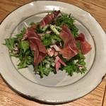 響 - 生ハムと紅芯大根のサラダ
