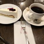 珈琲店トップ - レアチーズケーキと風で930円