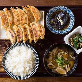村の餃子定食2列