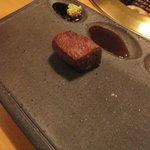 にし - 手元のお皿には、三つのくぼみ。山葵醤油、ポン酢、塩をスタンバイ♪