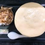 麺は組 - 料理写真:かき揚げ入り納豆ラー油そば(並)と追い飯バター醤油飯