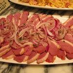 鴨肉のスモークレッドオニオンのサラダ仕立て