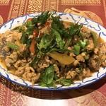 ソムタム - カイジョウマ・ガパオグロップ(ピータンと揚げガパオの炒め)