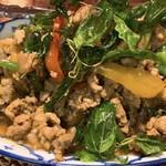 ソムタム - カイジョウマ・ガパオグロップ(ピータンと揚げガパオの炒め)アップ