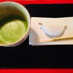 99422528 - 迎春菓と金箔御抹茶
