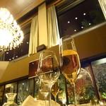 アマンダンライズ - ノンアルのスパークリングワインと煌びやかなシャンデリア