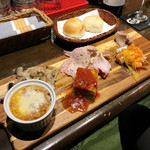 Osteria YOSHI - 足柄野菜のバーニャカウダ(Half 980円)/ お通しのパン