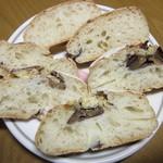 ブランジェリ・キイチ - マロン・パヴェの断面(栗は中々甘めも、栗らしさはシッカリ残存、生地自体も程好いハードさと小麦の素直な味わいで美味しいです)