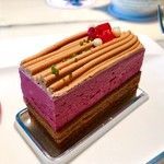 ロビーラウンジ - カシスウーロン@烏龍茶生地が奥行きを増すカシスとチョコのケーキ。プラリネのカリカリ食感がポイント大