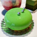 ロビーラウンジ - ポワール@緑のグラサージュが鮮やか、香り高い洋梨ムースと甘みの上品なコンフィチュールがあふれる、紅茶のビスキュイ、ボトムはサブレ