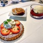 ロビーラウンジ - 4皿目@苺のタルト、シュトーレン、ベリーのコンポートとバニラアイス