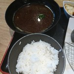 魚輝水産 - 唐揚げ定食のご飯と赤だし。