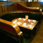 TGIフライデーズ - 広い店内にはいろんな席。分煙です。