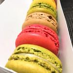 パティスリー・サダハル・アオキ・パリ - 手前から、ピスターシュ、フランボワーズ、カフェ、抹茶、シトロン、ショコラ。