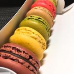 パティスリー・サダハル・アオキ・パリ - 手前からショコラ、シトロン、抹茶、カフェ、フランボワーズ、ピスターシュ。