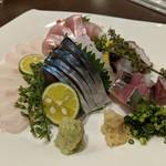 お魚亭 - お刺身盛り合わせ(平目薄造り、しめ鯖、金目鯛、アジ、タコ)