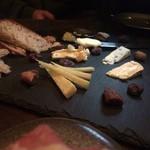 タビ式 - チーズ5種盛り 散らかってる上に高い