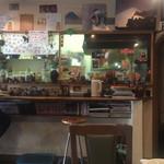 カレーの店 マボロシ - 厨房とカウンター席