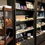 cafe 航路 - 小物や雑貨、いろいろな作家さんの手作り作品のコーナーも人気です。