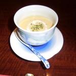 赤坂 津つ井 -  レンゲでいただくコーンクリームスープです。ベーコンも入って美味です。
