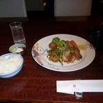 赤坂 津つ井 - 白いご飯と特選チキンソテーです。