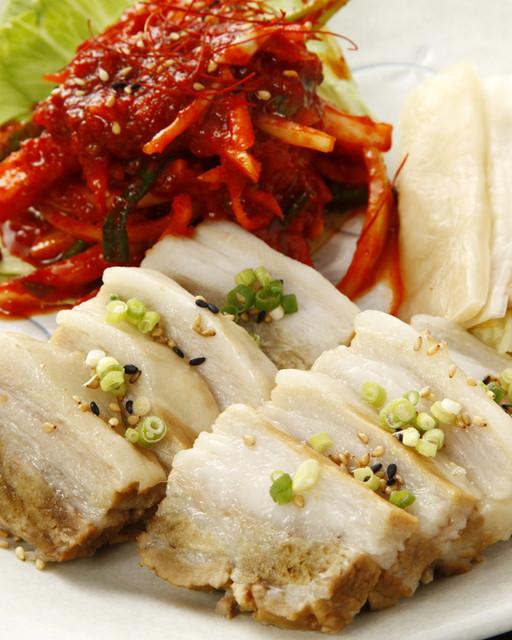 韓国家庭料理 東大門タッカンマリ 立川本店 - 蒸した豚バラをキムチに巻いて食べるボサム