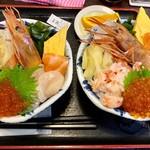 99520201 - 「北海丼」の普通盛り(左)と大盛り(右)ですが、イマイチ差が分かりませんね…(,,•﹏•,,)