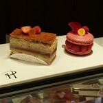 99520585 - ケーキが一番美しく見えるポジションで一旦ショーケースの上に置いてくれる