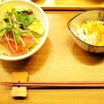焼鳥 佐田十郎 - 5串セットのサラダと小鉢(おばんざいから1人1種チョイス)