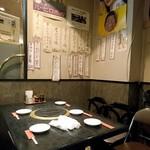 かわうち - 入口近くのテーブル席