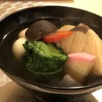 鮨 そえ島 - *「ブリ」「かつお菜(博多独特のお野菜)」「鶏肉」「紅白の小餅」「椎茸」「かまぼこ」など具沢山。 昆布やいりこ、鰹などで取られた出汁の味わいを感じ、とても美味しい。