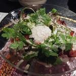 焼肉・にくなべ屋 びいどろ - カリカリベーコンと春菊の温玉シーザーサラダ