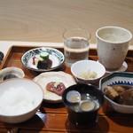 津の守坂 小柴 - ご飯(おかずのお供は、ちりめん山椒とぶりのアラ煮