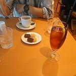 99565151 - 飲み物と小菓子