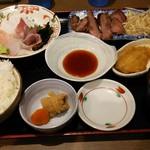 魚がし食堂 中央市場店 - お刺身とやわらかステーキ定食。