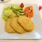 99572409 - サーモンとアボカドのチーズムースパンケーキ ¥1,390
